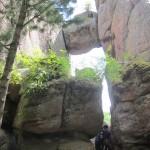 Красноярские столбы: знаменитый камень в расщелине